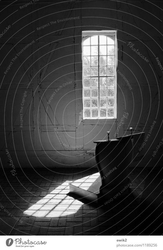 Dorfkirche Kirche Fenster leuchten Predigtkanzel Kanzel Kirchenfenster Lichteinfall einfach Fachwerkkirche Fachwerkfassade Schwarzweißfoto Innenaufnahme