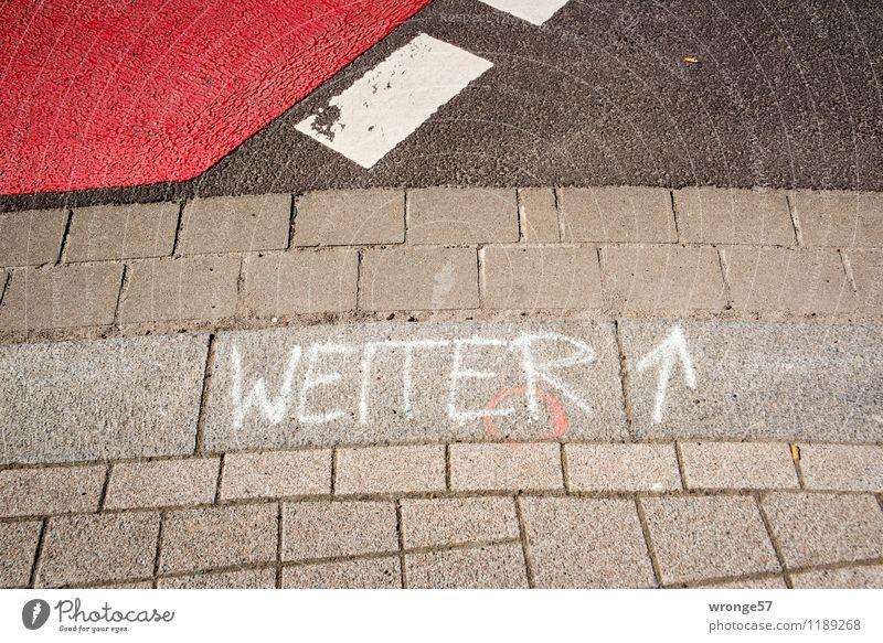WEITER Verkehrswege Straße Straßenkreuzung Stein Zeichen Schriftzeichen Schilder & Markierungen Linie Pfeil Streifen grau rot schwarz weiß Hinweis Straßenrand