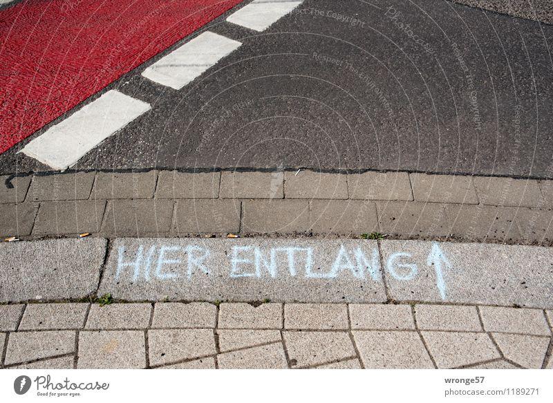 HIER ENTLANG Verkehrswege Straße Schriftzeichen Ziffern & Zahlen Schilder & Markierungen Linie Pfeil Streifen braun grau schwarz weiß Straßenrand Straßenbelag