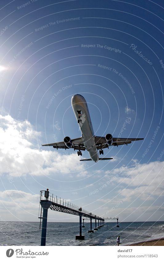 Im Anflug Flugzeug groß Flugzeuglandung Meer Lanzarote Weitwinkel Gegenlicht Flughafen Europa Luftverkehr Airbus Landebahn Wasser Arecife Insel