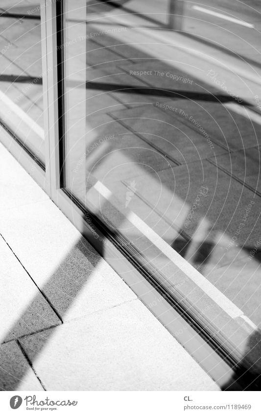 F5 Fenster Verkehr Verkehrswege Straßenverkehr Wege & Pfade Boden Linie Fensterscheibe eckig komplex Schwarzweißfoto Außenaufnahme abstrakt Menschenleer Tag