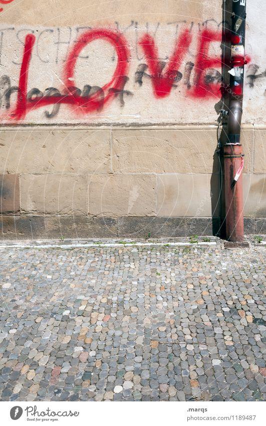 LOVE Mauer Wand Regenrinne Schriftzeichen Graffiti einfach Gefühle Liebe Verliebtheit Partnerschaft Farbfoto Außenaufnahme Textfreiraum unten Textfreiraum Mitte