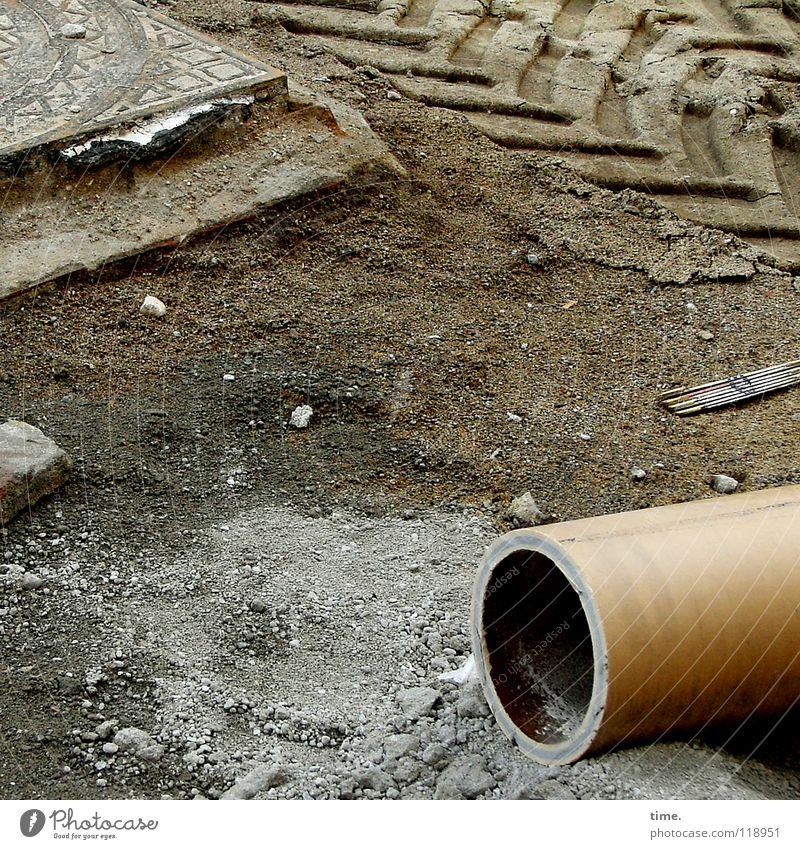 Fundamentalismus dunkel Arbeit & Erwerbstätigkeit Stein Sand hell braun Beton Erde Industrie fahren Baustelle Spuren Vergänglichkeit Röhren Verkehrswege Gewicht