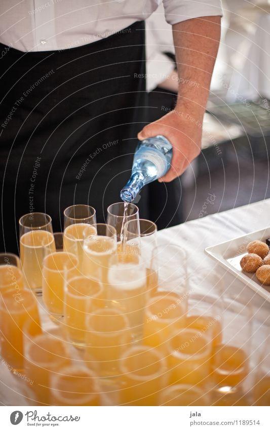 getränke Getränk Erfrischungsgetränk Trinkwasser Limonade Flasche Glas Lifestyle Reichtum elegant Party Veranstaltung Mensch maskulin Hand lecker ausschank