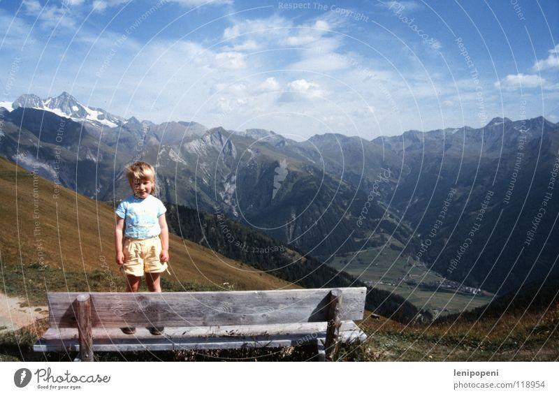 Gipfelstürmer Kind Mädchen alt Himmel Freude Ferien & Urlaub & Reisen Wolken Ferne Berge u. Gebirge Wärme klein wandern Wind Erfolg groß Horizont