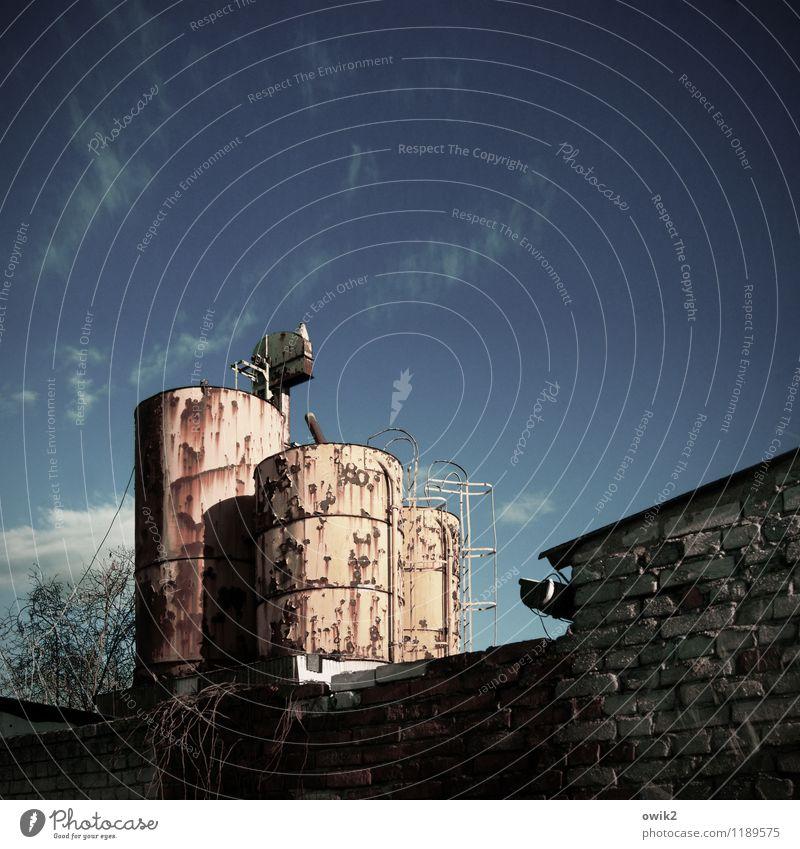 Standhaft bleiben Umwelt Himmel Klima Schönes Wetter Bauwerk Silo Mauer Wand Treppe Stein Metall Rost alt Zusammensein groß trashig trist stagnierend Verfall