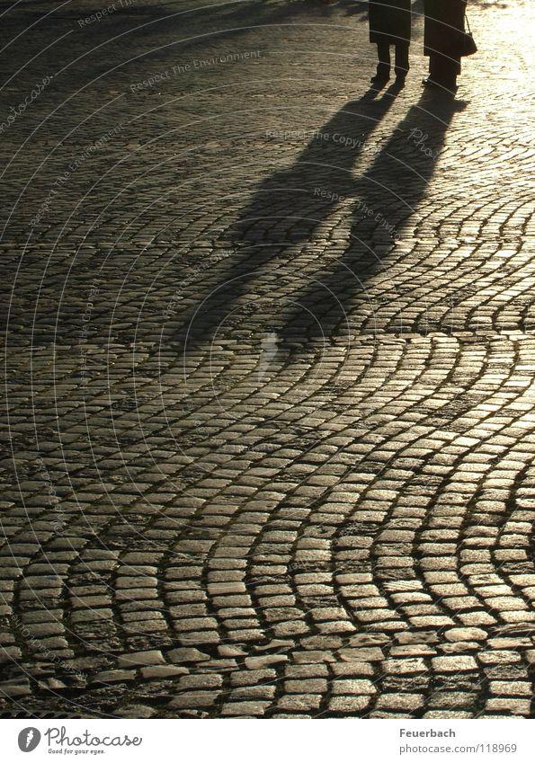 Winterabendschatten_1 Farbfoto Gedeckte Farben Außenaufnahme Abend Licht Schatten Gegenlicht ruhig Sonne Mensch Paar 2 Düsseldorf Altstadt Platz Verkehrswege