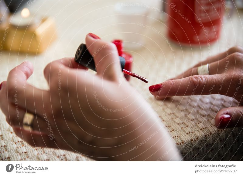 Lack ab? schön Körper Kosmetik Schminke Nagellack Maniküre Pediküre feminin Hand Finger ästhetisch elegant rot lackieren lackiert Farbfoto mehrfarbig