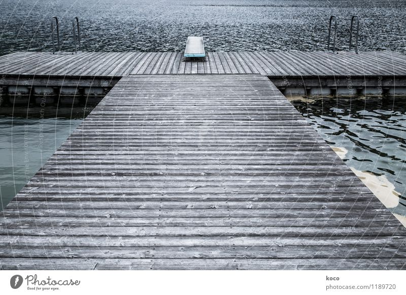 Sprungbrett Wasser Frühling Sommer Wellen Küste Seeufer Meer Schwimmbad Steg Treppengeländer Holz Metall eckig einfach kalt blau braun grau Zukunftsangst