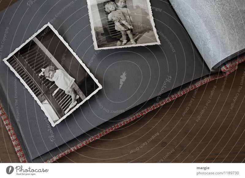 Kindheit Mensch feminin Kleinkind Mädchen Körper 2 3-8 Jahre braun Vergangenheit Fotografie Fotoalbum Puppe Nostalgie alt analog blättern früher Schwarzweißfoto