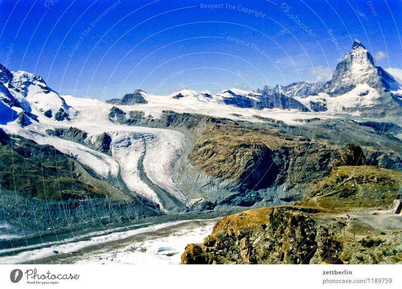 Schweiz (3) Berge u. Gebirge Hochgebirge Felsen massiv Ferne Nebel Dunst Ferien & Urlaub & Reisen Reisefotografie Tourismus Alpen karg Landschaft Natur
