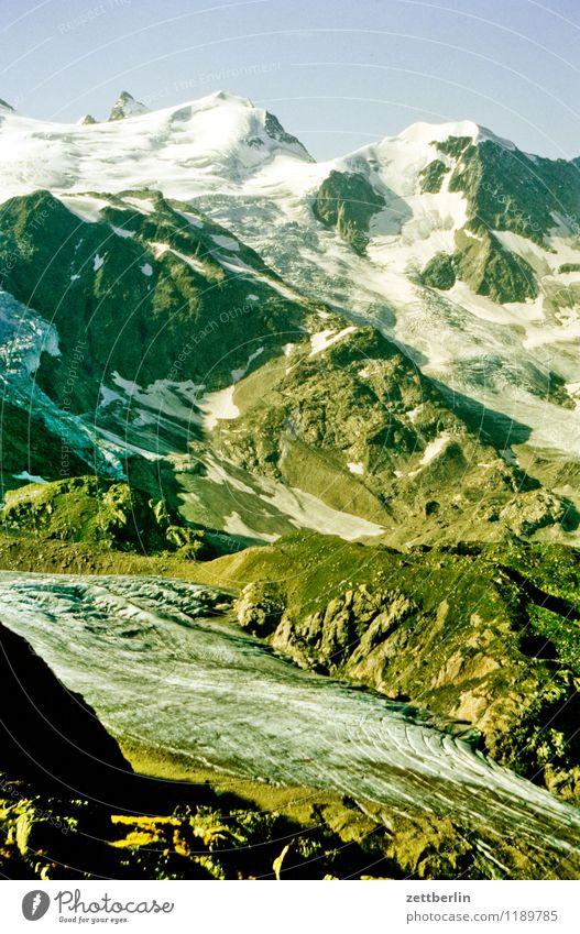 Schweiz (2) Berge u. Gebirge Hochgebirge Felsen massiv Ferne Nebel Dunst Ferien & Urlaub & Reisen Reisefotografie Tourismus Alpen karg Landschaft Natur