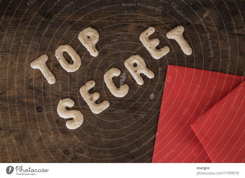 Die Buchstaben TOP SECRET mit einem roten Briefumschlag auf einem rustikalen Holztisch Bildung Prüfung & Examen Arbeit & Erwerbstätigkeit Büroarbeit Wirtschaft