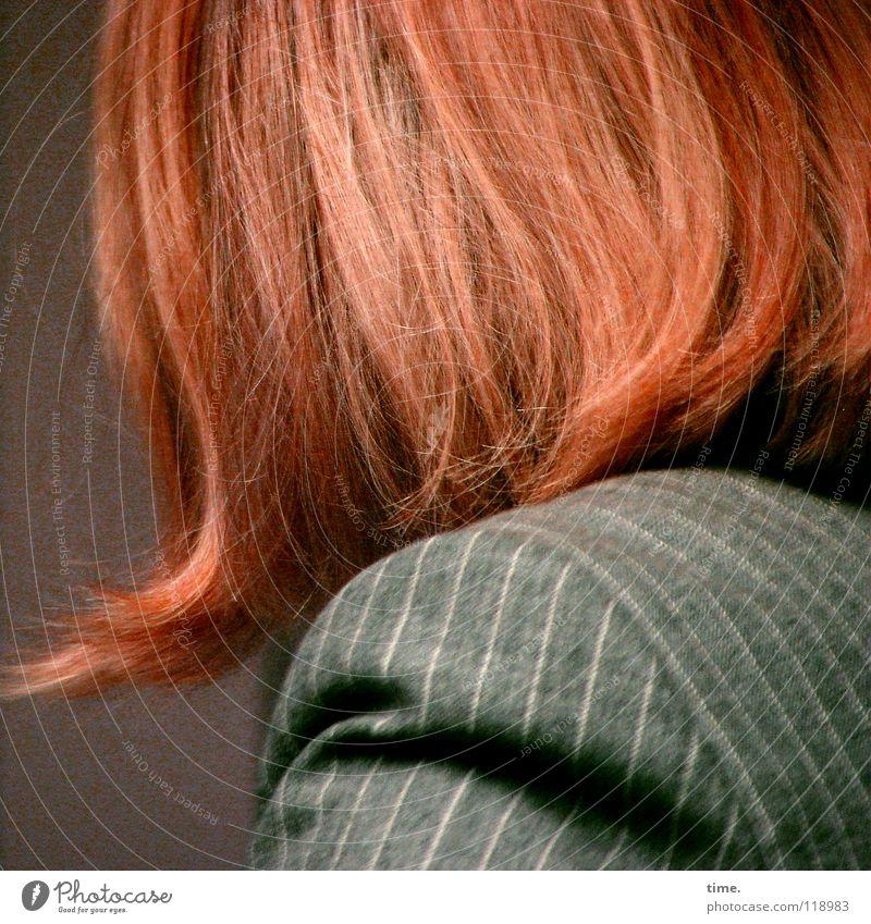 Streifenhörnchen Frau rot feminin Haare & Frisuren Bekleidung Konzentration Jacke Schulter rothaarig Eyecatcher zerzaust Nadelstreifen