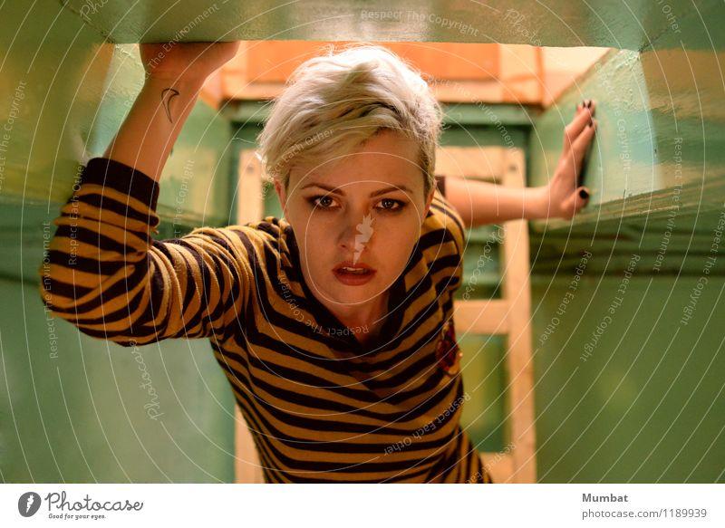 komm zu meiner Feenspitze exotisch Dach Mensch feminin Junge Frau Jugendliche 1 18-30 Jahre Erwachsene Kunst Leiter Hemd Tattoo blond weißhaarig kurzhaarig