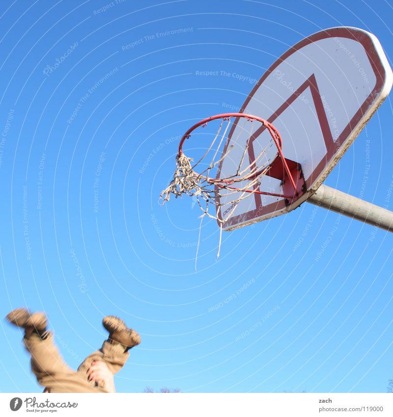 Dreier Kind Hand Freude Sport Spielen Beine fliegen Geschwindigkeit werfen Korb Basketball Basketballkorb