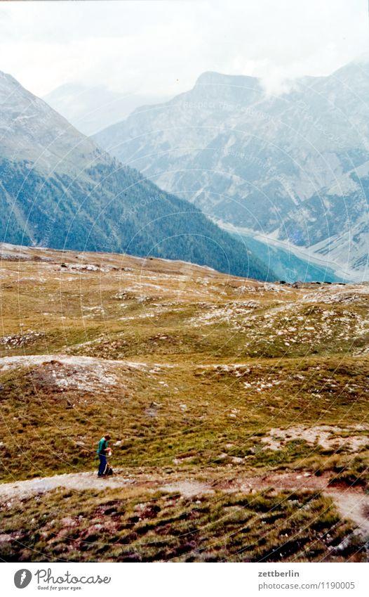 Schweiz (1) Berge u. Gebirge Hochgebirge Felsen massiv Ferne Nebel Dunst Ferien & Urlaub & Reisen Reisefotografie Tourismus Alpen karg Landschaft Natur