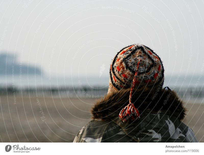 Bommelmützenmelancholie Frau Ferien & Urlaub & Reisen Jugendliche Mann Erholung rot Winter Strand kalt Erwachsene Wärme Gefühle grau braun Deutschland Sand
