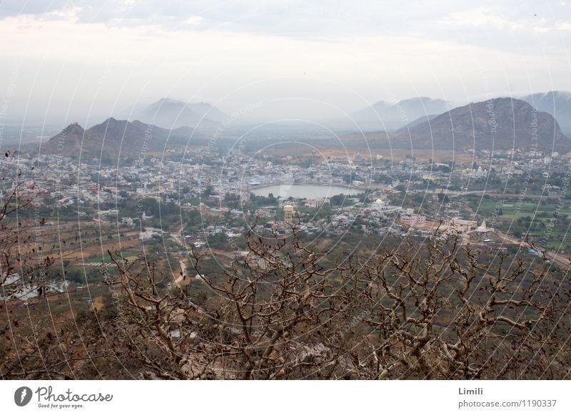 Lake Pushkar von oben Erholung ruhig Meditation Abenteuer Ferne Berge u. Gebirge Natur Landschaft Wasser Nebel Hügel Seeufer Wüste Indien Asien Stadt bevölkert