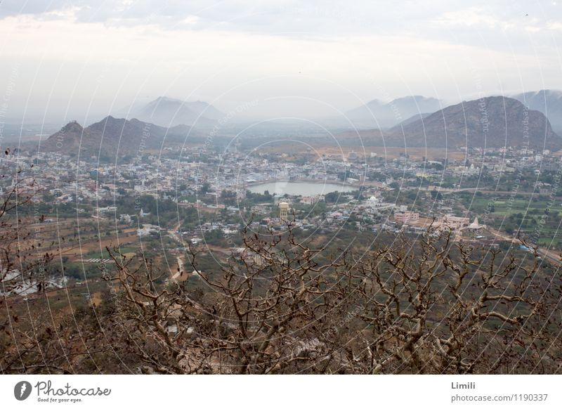 Lake Pushkar von oben Natur Ferien & Urlaub & Reisen Stadt Wasser Erholung Landschaft ruhig Ferne Berge u. Gebirge Umwelt See Tourismus Zufriedenheit Nebel