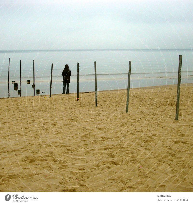 Grenze Meer Strand Küste Horizont Ferne Mann Frau Einsamkeit Sehnsucht Nebel Sandbank Meerwasser Flutschutzanlage Buhne Europa Mensch Ostsee warten Himmel