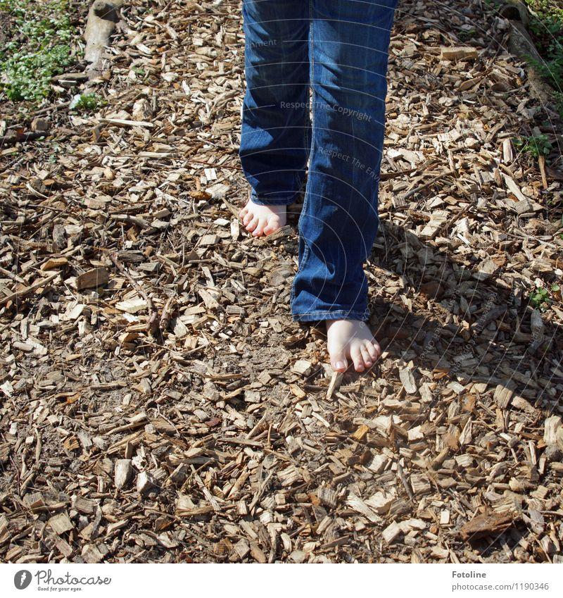 Endlich wieder barfuß! Mensch Kind Kindheit Fuß 1 hell Wärme blau braun Barfuß Barfußpfad Jeanshose jeansblau Jeansstoff Holzspäne Bodenbelag Farbfoto