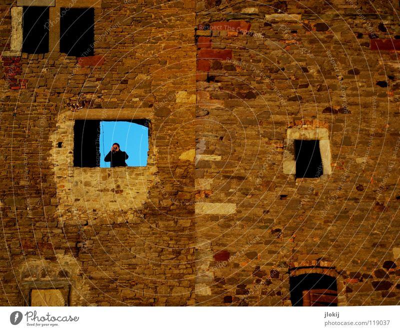 Bitte laut lächeln Mann alt Himmel Einsamkeit Fenster Stein Mauer maskulin hoch Aussicht Fotokamera verfallen Denkmal historisch Fotograf