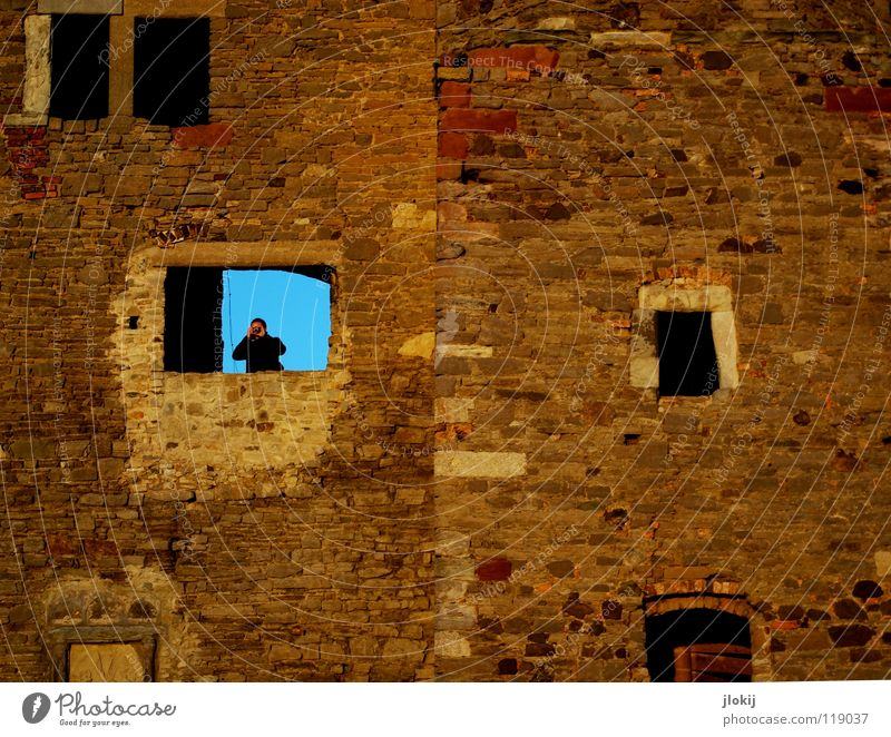 Bitte laut lächeln Sachsen-Anhalt Fotograf Fotokamera Fotografieren Aussicht Fenster Mauer robust verfallen Denkmal Denkmalschutz Mann maskulin Besucher