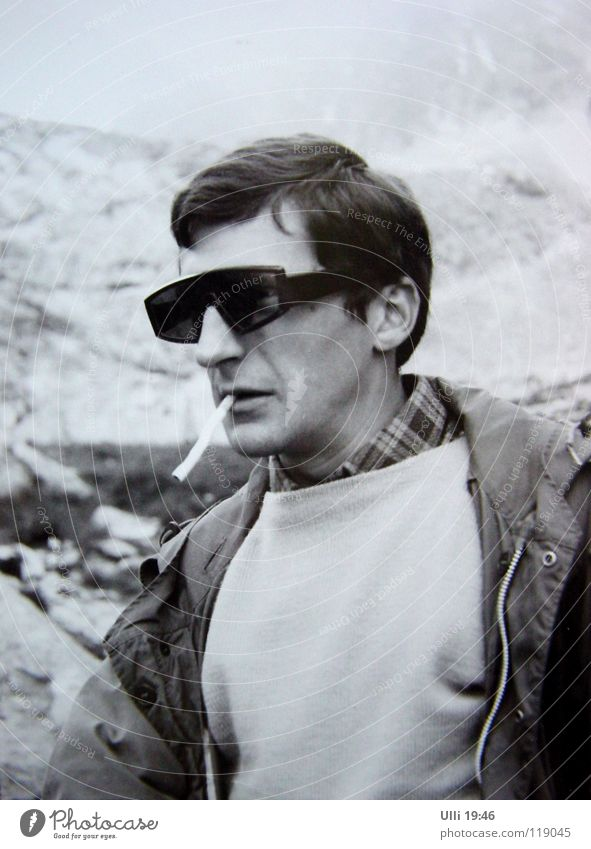Ulli 19:68 Stil Rauchen Berge u. Gebirge Klettern Bergsteigen Mann Erwachsene Nebel Gipfel Sonnenbrille Coolness nass Müdigkeit Erschöpfung früher Zigarette