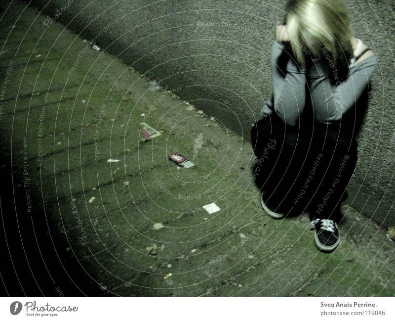wo ist der ausgang? Frau Hand Jugendliche schwarz Einsamkeit grau Mauer dreckig frei sitzen Trauer Boden Vergänglichkeit Hose Schmerz Hemd