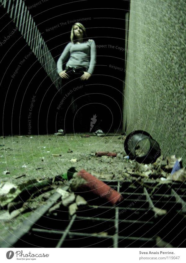dreck in deinem leben Frau Jugendliche dunkel Wand grau Mauer dreckig Trauer Ecke stehen Müll Verzweiflung Gewicht Geländer Hardcore Schwäche