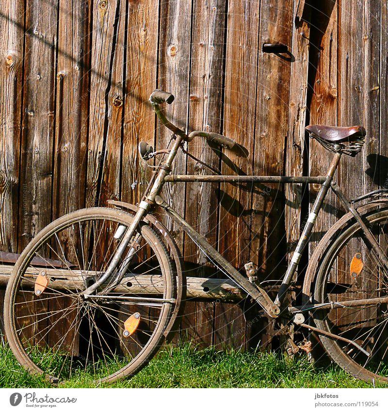 Rad alt grün Spielen Gras Holz braun Fahrrad orange Kunst Vertrauen verfallen Schrott Holzwand Kunsthandwerk Müll Fahrradlenker