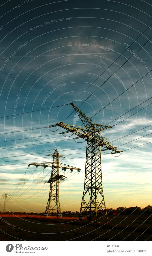 zwei Freunde Elektrizität Strommast Leitung Energiewirtschaft Verlauf Wolken Feld 2 gelb Horizont schön Stimmung Starkstrom Macht groß Koloss Gestell streben