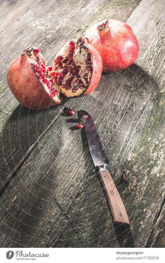 Granatapfel auf Holztisch alt Farbe rot dunkel Essen Frucht frisch Tisch retro Dessert Vegetarische Ernährung Diät Vitamin saftig Saft roh