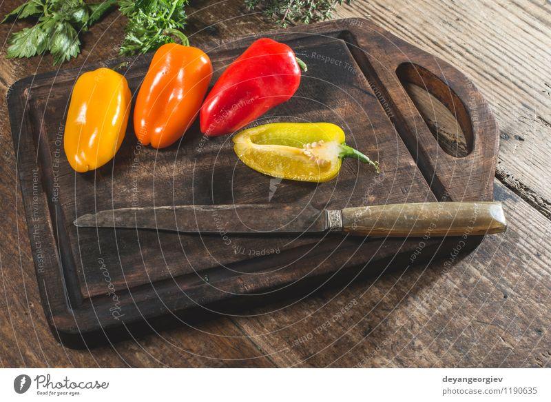 Mehrfarbige Pfeffer auf Holz Gemüse Frucht Ernährung Essen Vegetarische Ernährung frisch natürlich saftig gelb grün rot weiß Farbe Paprika Lebensmittel Messer