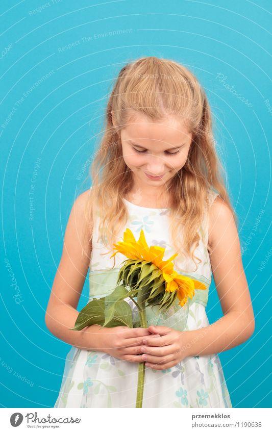 Mädchen mit Sonnenblume Mensch Kind blau schön Sommer Blüte klein Kindheit blond Lächeln Kleid 8-13 Jahre vertikal