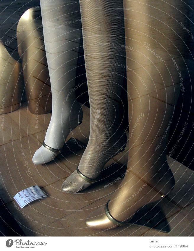 Damenqual Schaufenster Strümpfe Halterung Verlauf verkaufen Ladengeschäft Fachgeschäft Kaufhaus niedlich silber Gleichschritt feminin Reflexion & Spiegelung
