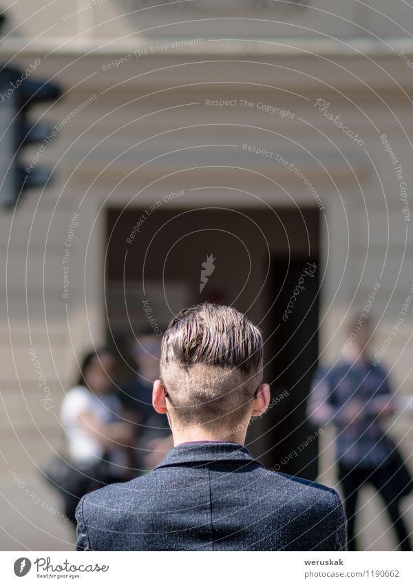 Stadtbild mit einem modernen Haarschnitt Mensch Jugendliche Mann 18-30 Jahre Erwachsene Straße Stil Haare & Frisuren Kopf Lifestyle Mode Business warten Rücken