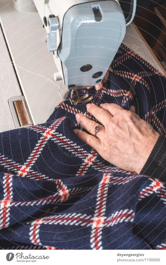 Frau, die an einer Nähmaschine näht Design Freizeit & Hobby Arbeit & Erwerbstätigkeit Beruf Fabrik Industrie Handwerk Mensch Erwachsene Mode Bekleidung Stoff