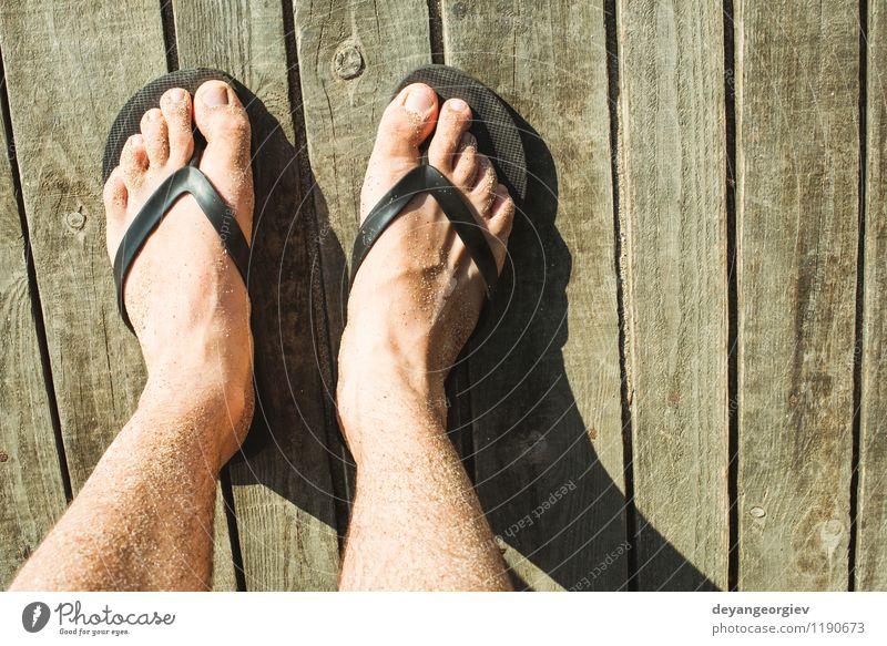 Fuß in Riemen Freude Erholung Freizeit & Hobby Ferien & Urlaub & Reisen Sommer Strand Meer Wellen Mann Erwachsene Sand Schuhe Hausschuhe blau rot weiß Flip