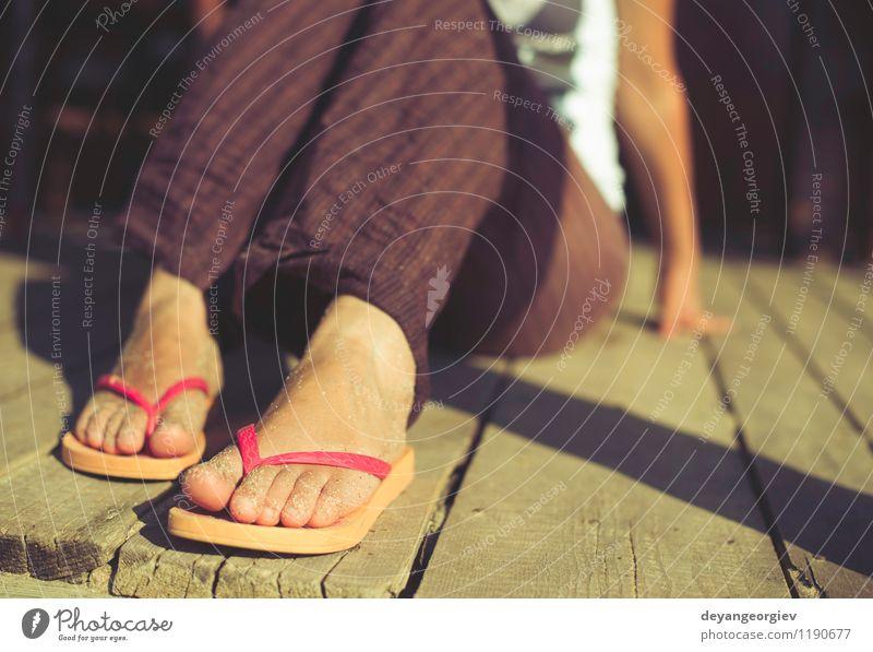 Fuß in Riemen Freude Erholung Freizeit & Hobby Ferien & Urlaub & Reisen Sommer Strand Meer Wellen Frau Erwachsene Sand Schuhe Hausschuhe blau rot weiß Flip