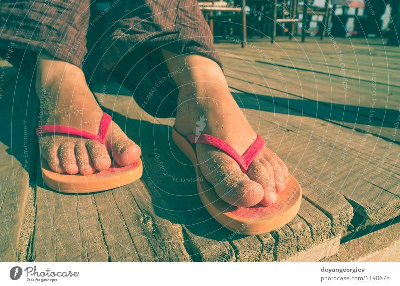 Fuß in Riemen Frau Ferien & Urlaub & Reisen blau Sommer weiß Erholung Meer rot Freude Strand Erwachsene Sand Freizeit & Hobby Wellen Schuhe