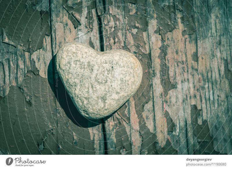 Steinherzform auf Holz Spa Strand Dekoration & Verzierung Valentinstag Natur Landschaft Sand Felsen Herz Liebe natürlich grau weiß Romantik geformt Form