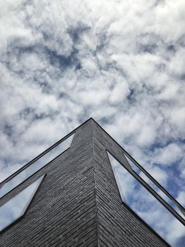 Himmelskörper Stadt Himmel (Jenseits) Wolken Haus Wand Autofenster Gebäude Mauer Business Fassade Wetter Büro Hochhaus beobachten Schönes Wetter