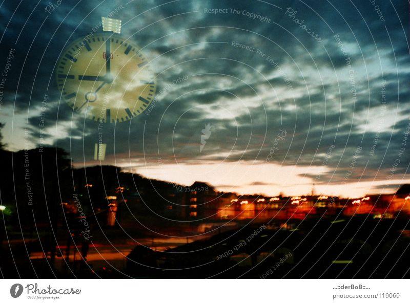 09:00 Himmel blau Stadt Farbe Wolken Haus Bewegung Architektur Zeit Kunst orange Uhr Verkehr Ziffern & Zahlen Ewigkeit Güterverkehr & Logistik