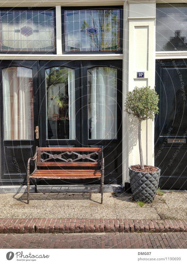 Sit down Ferien & Urlaub & Reisen Stadt alt blau Sommer weiß Erholung Haus Fenster Straße Gebäude braun Fassade Tür ästhetisch Pause