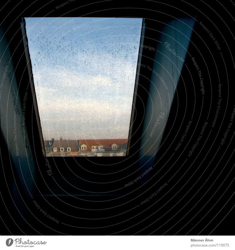 Zeichen der Zeit. Fenster Dach dreckig Reinigen Dachboden Kammer Taube Haus dunkel Wolken schwarz Raum Aussicht verfallen Himmel hell oben hoch Blick blau