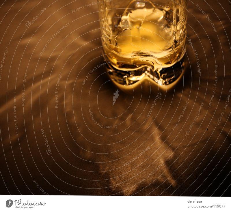 Glas Lampe dunkel Spielen hell Raum Beleuchtung Glas leer Getränk Küche trinken drehen Saft Verwirbelung