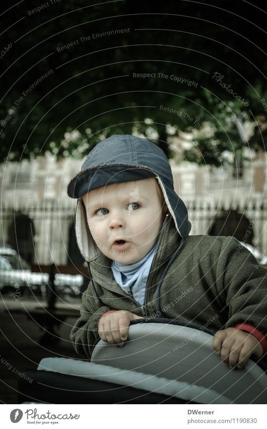 Kinderwagensurfen Mensch Kind Stadt Baum Freude Gesicht Spielen Glück Park Zufriedenheit Fröhlichkeit Perspektive Coolness Mütze Leidenschaft Jacke