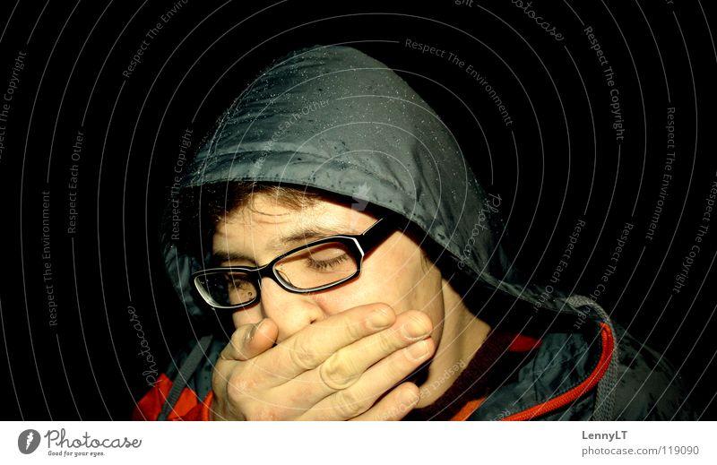 BLEARY-EYED Porträt Brillenträger Kapuze Anorak Jacke Mann Kerl Müdigkeit fertig Nacht Regen gähnen schwarz Club Bekleidung Gesicht Windbreaker Typ übermüdet
